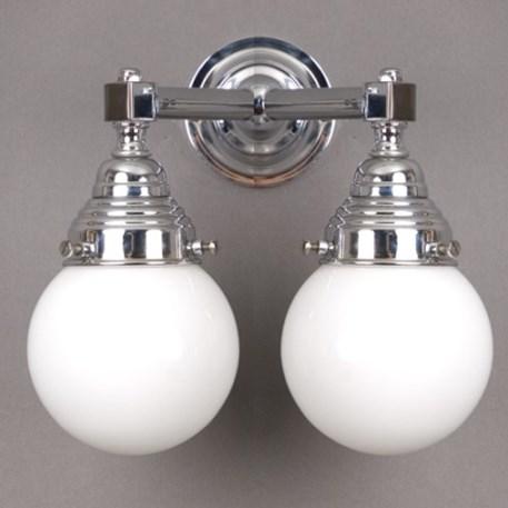 Badkamerwandlamp in chroom met 2 bollen in opaal / melkwit glas